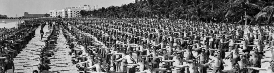 Στρατιώτες σε άσκηση στην παραλία του Μαϊάμι (περ. 1942)