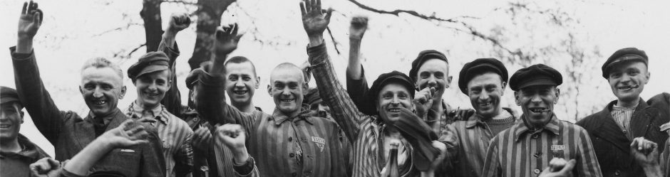 Πολωνοί κρατούμενοι στο Νταχάου γιορτάζουν την απελευθέρωση (1945)